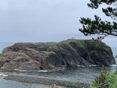 すぐ横に島が見えた。 この島は経島という無人島らしい。 ウミネコの繁殖地として有名なんだそうな。