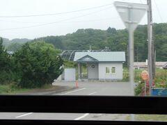 旧駅は内陸側にあります。 比較的広い駅前ですが、バスはそこまでは行かず、国道を通っていきます。