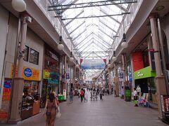 早くも、お昼の時間になりました。  昼食は中華街にてと決めていたので、そこへ向かいます。徒歩で。 夏の暑さの中、商店街があると本当に助かります。  そういえば、この長崎に来て、典型的な日本らしい風景を見るのは初めて。 改めて、長崎が異国情緒ある街であることを認識。