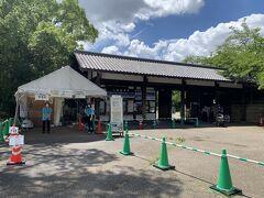 朝食を頂いた後やってきたのは、名古屋のシンボルである金のシャチホコがある名古屋城!  名古屋駅から名古屋城に近い市役所駅までは、桜通線と名城線を乗り継いで約20分程。  こちらの入り口は、レストランやカフェが立ち並ぶ『金シャチ横丁(宗春ゾーン)』の近くにある東門です。