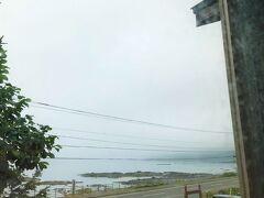 """でも、知床半島の沿岸部一帯が濃霧に覆われているのでは、船の出発地点をウトロから羅臼に変更したからって、濃霧が存在する限り船の運行できないのでは?  それが、そうとは限らない。  ウトロから出港する観光クルーザーは知床半島の沿岸部沿いに航行し、海岸部に連なる硫黄山などの知床連峰の景色を見せるのを目的としているが、羅臼から出港するクルーザーが目指すのは沿岸ではなく隣国ロシアとの国境地帯のちょっと危険なエリアで、少しでも領海域を間違えたら""""拿捕(だほ)""""もあり得てしまう海の上。 さすがに沿岸部で発生した海切りはロシアとの国境線付近にまでは到達することは少なく、羅臼側の船のアクティビティには影響は出にくいと言う訳だ。  (写真:この日の朝、宿泊した宿から眺める海岸線。ウトロの沿岸部は濃霧で覆われ、とても船の航行は不可能なことは素人でも理解できた)"""