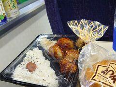 徳島駅では駅弁が売ってないので、からあげ屋さんでヤンニョムチキン弁当をテイクアウト。かつ天と徳島発祥の大塚製薬のポカリスエット、すだちハイボール、すだち冷酒をいただきながら、列車は進みます。