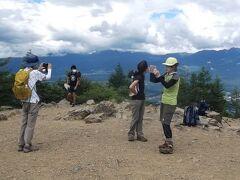 今回の同行者 向こうに明日登る北横岳が見えるはずですが、雲のなか(><)