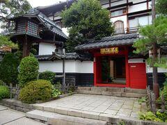 境内に入りました。  参道の右側には、宿坊が建ち並んでいます。 宿坊とは、仏教寺院や神社などで僧侶や氏子、参拝者などのために造られた施設で、現在では一般観光客も受け入れてています。  善光寺の境内には、宿坊が39ヶ所あるそうです。 もちろん、宿泊施設とはいってもお寺なので、それぞれに御堂がありご住職がいらっしゃいます。  写真は、宿坊の「常円坊」です。