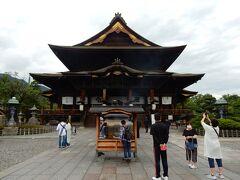 「本堂」です。  「善光寺縁起」によれば、ご本尊の「一光三尊阿弥陀如来(いっこうさんぞんあみだにょらい)像」(善光寺如来)はインドから朝鮮半島の「百済国」へと伝えられ、欽明天皇13(552)年、仏教伝来の折りに百済から日本へ伝えられた日本最古の仏像といわれているそうです。 この仏像は、崇仏・廃仏論争の中で打ち捨てられていましたが、信濃国司の従者として都に上っていた本田善光が信濃の国へとお連れし、はじめは今の長野県飯田市でお祀りしていましたが、後に皇極天皇元(642)年に現在の地に遷座されました。 皇極天皇3(644)年には勅願により伽藍が造営され、本田善光の名を取って「善光寺」と名付けられました。  創建以来10数回の火災に遭いましたが、現存する本堂は、宝永4(1707)年に建立されたもので国宝です。  間口23.89m、高さ25.82m、奥行き53.6mの規模を持つ江戸時代中期の仏教建築を代表する大伽藍だそうです。