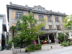 「善光寺」境内の外に出ました。 時間の余裕があるので、帰りは参道を散策しながらJR長野駅まで向かいます。  参道の左側にあるこのアールデコ調の建物は、「THE FUJIYA GOHONJIN」(旧 御本陣 藤屋旅館)です。  藤屋旅館は、善光寺の門前町において、江戸時代には加賀藩主らが江戸に参勤する際の常宿「御本陣」として栄えたそうです。 現在は、レストラン、ラウンジ及びウエディング会場として営業しています。