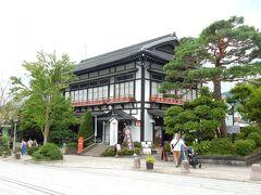 参道右側の目を引くレトロな建物は「善光寺郵便局」です。  元旅館だった昭和初期の木造建築の建物のフロント部分を改修して使っているのだそうです。  小さくて見ずらいですが、入口の前に昔懐かしい丸型ポストが設置されています。