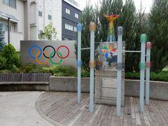 参道の途中に、「表参道長野オリンピックメモリアルパーク」がありました。  1998年長野冬季オリンピックの表彰式会場だった場所を、表彰台やミニ聖火台を設置してミニパークとして整備したのだそうです。  スキージャンプ・ラージヒル団体で金メダルを獲得した時の感動を思い起こしました。