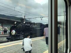 鬼怒川温泉駅に到着し、多くの乗客の方はここで下車されました。 同じホームの反対側にSL観光列車『大樹号』を牽引するC11形蒸気機関車が待機中でした。