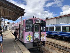 会津田島駅から先の会津鉄道線は非電化線です。 隣のホームにディーゼル車1両で待機していた12時32分発の『快速リレー号111号』会津若松行に乗り換えました。 隣に観光列車の『お座敷トロ列車』の車両が停まっていました。
