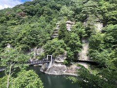 入口から阿賀川畔の坂を下りていくと、塔のへつりの石柱群が眼前に広がりました。 石柱と石柱の間の樹々が青々と生茂り、どの石柱も全容を見ることはできませんでした。