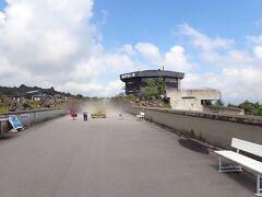 白糸の滝を後に再び「白糸ハイランドウェイ」を進みます。 長野県から県境を越えて群馬県入り。  「鬼押出し園」に立ち寄ります。 広い駐車場があります。 入場料大人650円。駐車場は無料です。