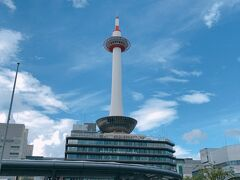 目の前には京都タワー 遠くからでも見えるので目印ですよね~大きなロウソクが(笑)