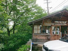 須坂から高山村のアジサイロードを通り、高山温泉郷を抜けて、雷滝の駐車場に到着です。 長野駅からだいたい40分くらい。 ただ到着時はどしゃ降りでした。  山の天気というか長野の天気はわからない。