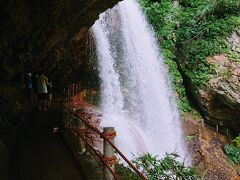 いきなり滝の裏です。 観瀑台は右奥にあります。 結構な水量です。