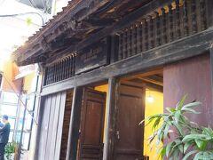 まずは旧市街の旧家保存館へ 19世紀後半のベトナムの伝統的な家屋をそのまま展示館にしたところです 間口はこぢんまりしていますが、奥行きがあり、町屋のような作りになっています  入館料:10,000VND(50円)