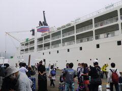 2日目 1時間遅れの12時頃に父島到着。午後からのツアー参加のため荷物を宿泊予定のホテルホライズンさんのお迎えに方に預けました。 船から降りてもまだ揺れてる感じ。