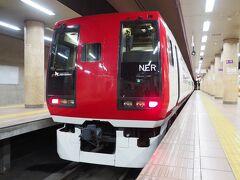 そして隣のホームには成田エクスプレス253系改め、スノーモンキー長野電鉄2100系が停車中。