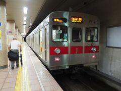 さ、久しぶりの長野電鉄の電車とご対面。元東急の8500系が次の信州中野行き普通列車として停車中。