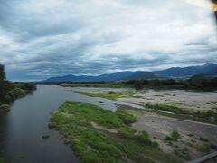 信濃川を渡ります。