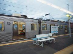 村山駅です。反対方面の普通列車が待っていました。お客さん、まあまあ乗っているな。