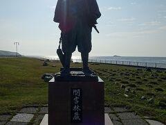 間宮海峡を発見した間宮林蔵を記念する立像もありました。逆光(悲)