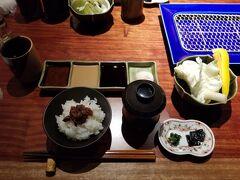 茶屋町あるこで串カツランチしました。 10本1,800円のランチコースです。  ご飯とお味噌汁と野菜と薬味。 ご飯の上にはタコの佃煮が乗っていました。