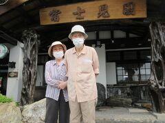 玄関で記念写真を撮影。なぜここに富士?と聞くと多々羅大橋から眺める島の形に由来するそうです・・・