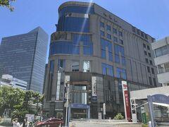 横浜駅東口へ この建物が