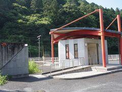 ●JR三河川合駅  無人ながらも新しい小さな駅舎。 駅の開業は、1923年。鳳来寺鉄道の終着駅として開業しました。 当時はここから先へはバスが接続していたそうで、乗り換えの駅として、大変賑わっていたそうです。