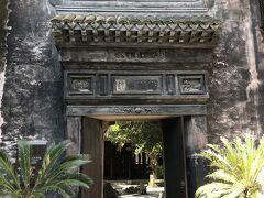 伝統的な民代の人家で最大規模を誇る王宅。門の上には家訓や縁起の良い言葉を表す四文字熟語が彫られている。