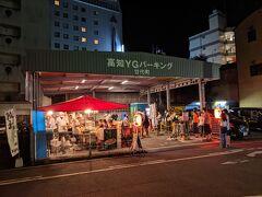 ここが餃子の安兵衛。  この屋台、行列。 ひろめ市場の中を含め市内に何店舗かありますが、観光客としてはやっぱり屋台で食べたいんでしょうね。
