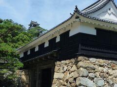 追手門と天守閣。  想像以上に立派なお城!  日本で唯一本丸の建築群がすべて現存する城郭。