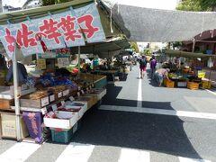 さて、今日は日曜日。  高知城から続くご城下では道路を片側1車線封鎖して日曜市開催中です。