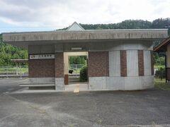 ●JR三河槙原駅  蝉の声と、ご老人のグランドゴルフに励む声。 あ~なんてのどかな良い場所に来たもんだ…と(笑)。 さて、この駅の開業は、1923年。 鳳来寺鉄道の駅として営業を開始しました。 過去には、昭和天皇も利用された駅なんだとか…。 愛知県民の森の最寄り駅のようです。