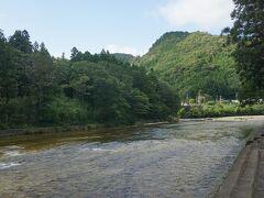 ●湯谷園地@宇連川  とっても涼し気。 これは、素敵な夏の風景だ。 水の音と蝉時雨。
