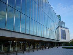 富山県美術館には3時過ぎに到着。広い屋内駐車場が併設されています。建物は地上3階建ての船の舳先のようなデザインで、東側正面は2階から3階にかけて全面ガラス張りでお洒落です。
