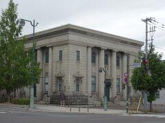 駅前の道を下り、ホテルに荷物を預け、手宮線跡を越して左側に「旧安田銀行小樽支店」
