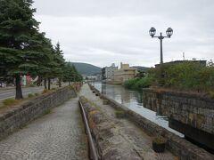 小樽運河と横の小路、遠くに竜宮橋が見えます。