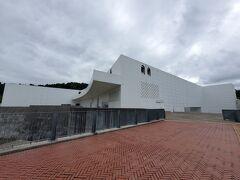青森駅から市営バス(280円)に乗り、「青森県立美術館」にやって来ました。
