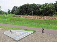"""向こうに観える林が今城塚古墳の墳丘です、  手前に""""今城塚古墳のレプリカ""""が造られてます。日本では数少ない古墳内に立ち入れる古墳公園です。  *詳細はクチコミでお願いします"""