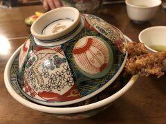 お客さんは80%の入り  クラシカルなどんぶりに、ゴマ油で揚げたエビがチョンとはみ出してます(1600円)高い! 浅草の天ぷらってベッチョリ系なので、好きではない!ごま油の香り、、、うーむ? 匂いからして美味しくない?  ファストフードのてんやの天ぷらの方が、絶対うまいに違いない?