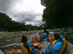 鬼怒川ライン下りはそこまで揺れることはありませんでした。ただ雨が多い時期は結構揺れるらしい…  動物の顔に見れる岩や橋などの説明を聞きながら下っていきます。 涼しくて気持ちが良かった