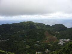 青ヶ島最高地点の大凸部(おおとんぶ)に到着です。 世界的にも珍しい二重式カルデラ火山の島だとはっきり分かると思います。 標高423mとのこと。 外輪山の中に丸山という山があります。 標高が223m、大凸部から丸山の頂上を見下ろす形となってます。