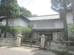さて、先に進みますと現れた江戸時代のような立派な建物 日本民芸館は、名もなき職人が作った民衆の日用品に美を見出した思想家柳宗悦が「美の生活化」を目指して昭和11年に開館