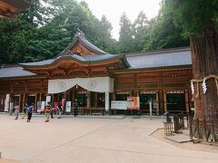拝殿でお参りします。 本殿は小さいのが複数見えました。 拝殿は綺麗に立て替えられたようです。
