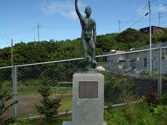 車に乗って、走るとこのような銅像に巡り合いました。 佐々木次郎太夫像です。 天明5(1785)年に起こった天明の大噴火で島民は八丈島へ避難、50年後の天保6(1835)年に故郷の青ヶ島へ戻れた復興の立役者です。