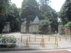 駅からぐるりと回り、駒場公園の正門から入ります  ここ駒場公園は加賀百万石の前田家の邸の跡地であるので、この立派な正門も旧前田侯爵邸の正門だった門なんです