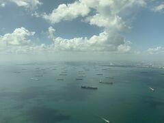 福岡シンガポール線はあっというまでです。 降下を始めて着陸態勢に入るとシンガポール沖に停泊する無数のタンカーや貨物船が見えます。いつも壮観だと思います。