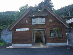 ●JR三河大野駅  この駅の開業は、1923年。 鳳来寺鉄道の駅として営業を開始しました。 この駅の近くに旧大野町の集落がありますが、駅の開業と共に、皮肉なことに、人口の減少が始まりました。人々が都市部へ流れ始めたようです。